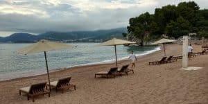 Песчаный пляж для постояльцев