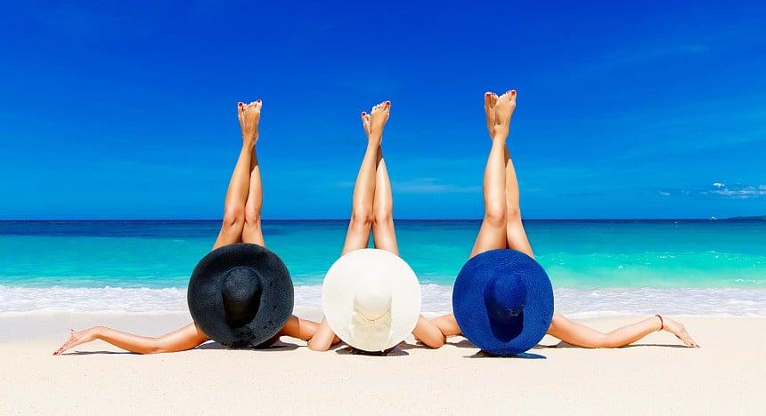 Девушки на пляже в Абу Даби