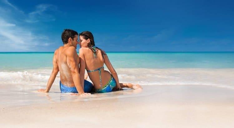 Влюблённая пара на пляже