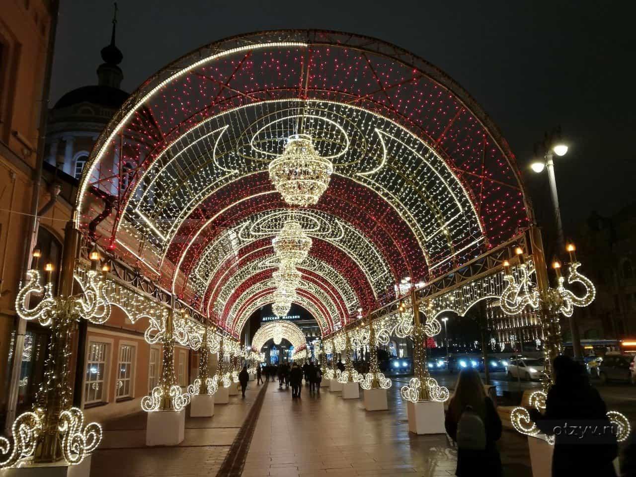 Тоннель из гирлянд на Новой площади в Москве