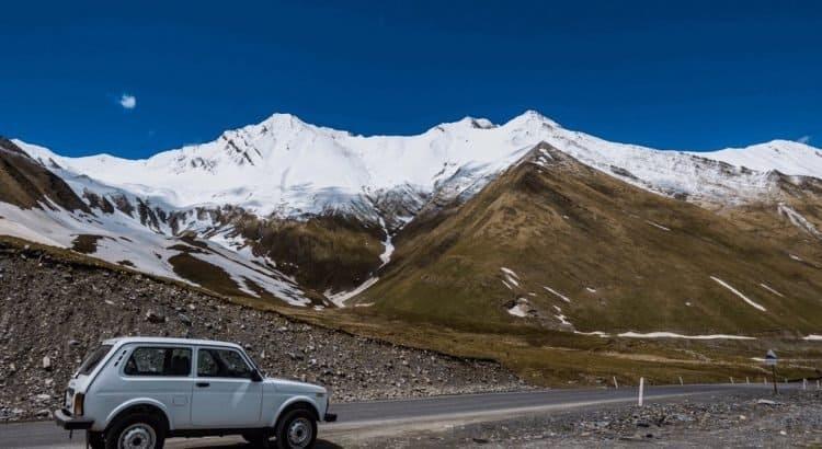 Машина на фоне Казбека