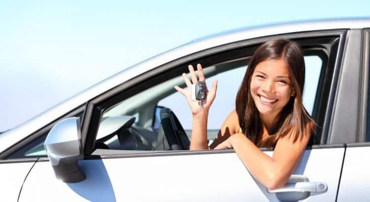 Женщина за рулём арендованного авто