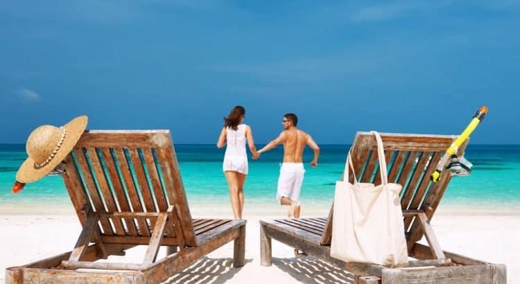 Романтическая пара на пляже у океана