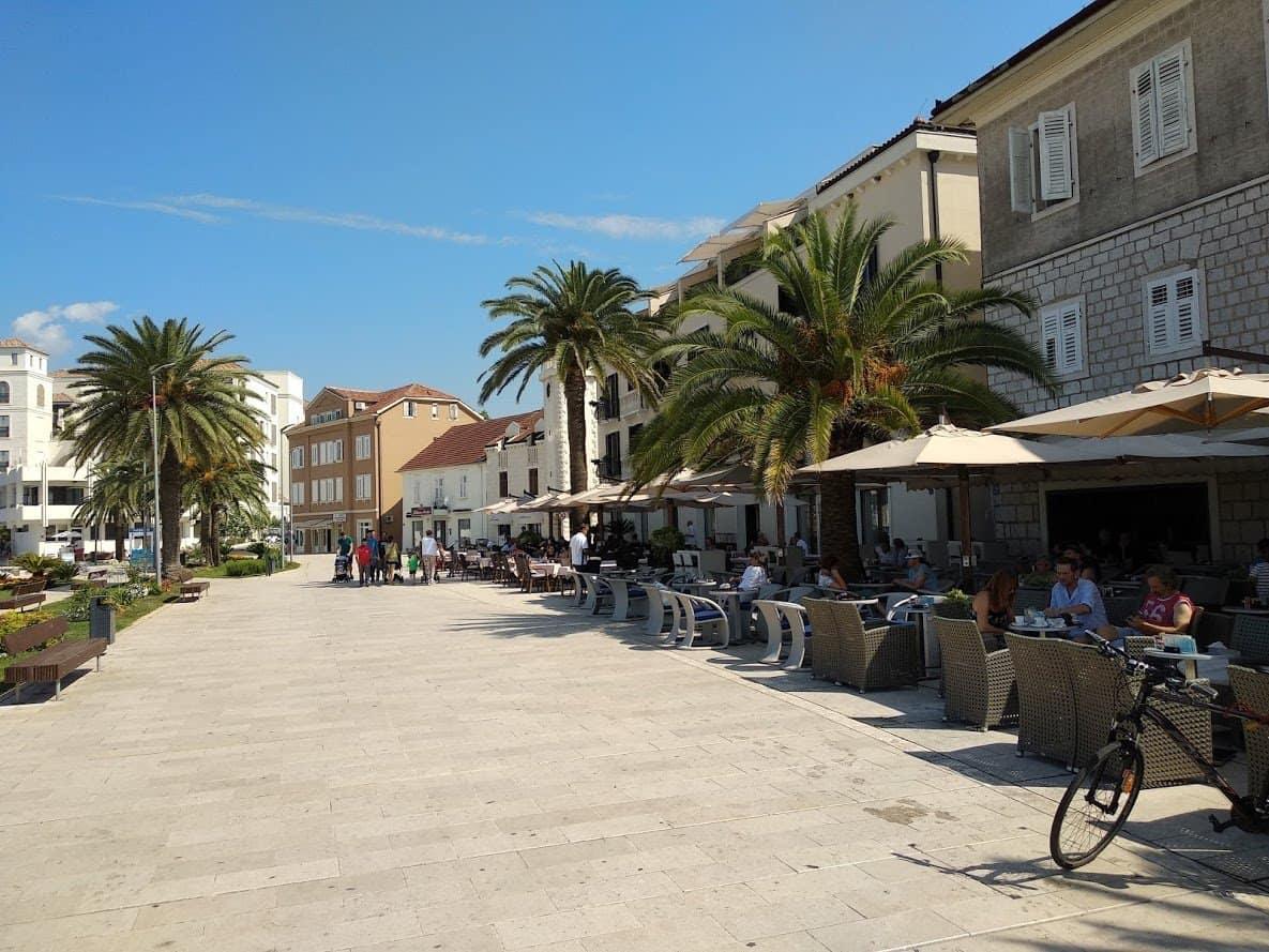 Ресторанная улица в порту Тивата