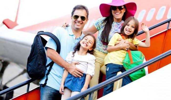 Семья на трапе самолёта