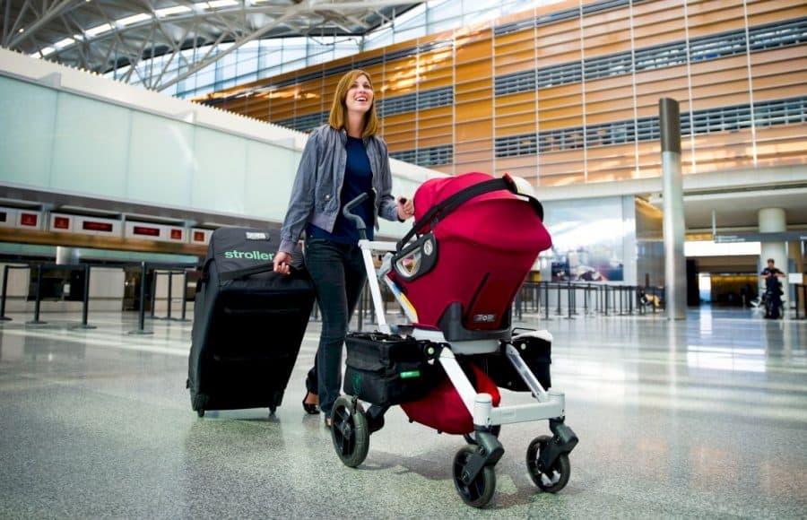 Женщина с детской коляской в аэропорту