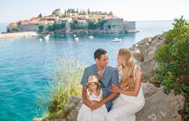 Семья на фоне острова Святи Стефан