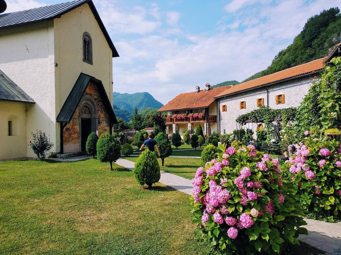 Дворик в монастыре Морача