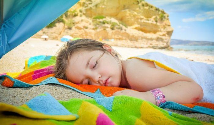 Девочка отдыхает на пляже