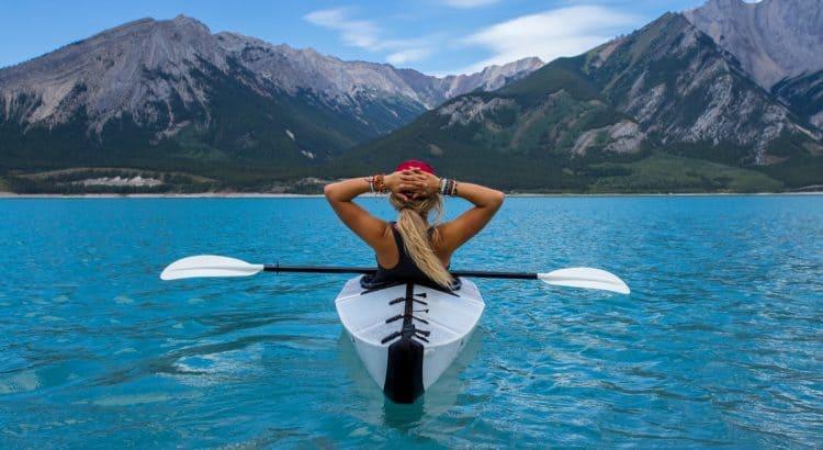Женщина в каяке на озере