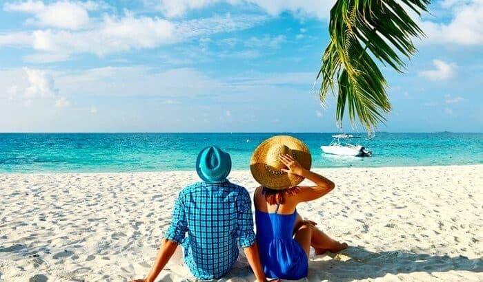 Пара на пляже у океана в апреле