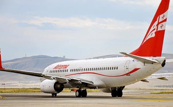 Самолет грузинских авиалиний в аэропорту