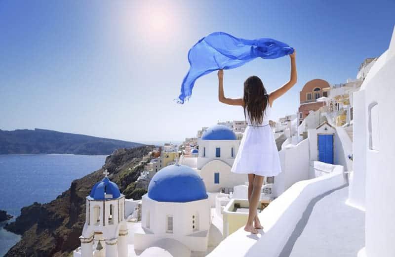 Девушка на Санторини в Греции