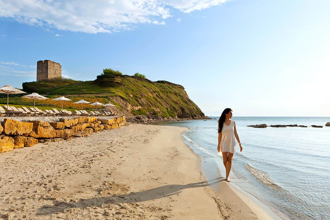 Женщина на пляже в Халкидики, Греция