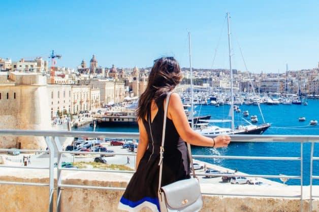 Девушка в порту Валетта (Мальта)