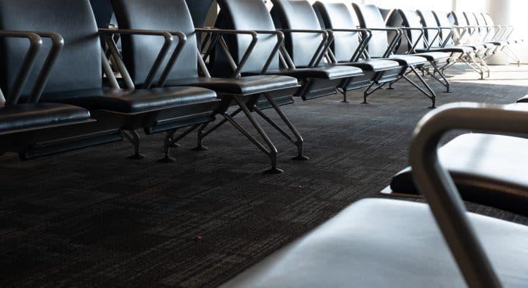 Пустые кресла в аэропорту