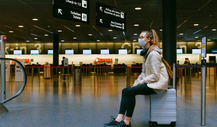 Турист в маске в ожидании рейса в аэропорту