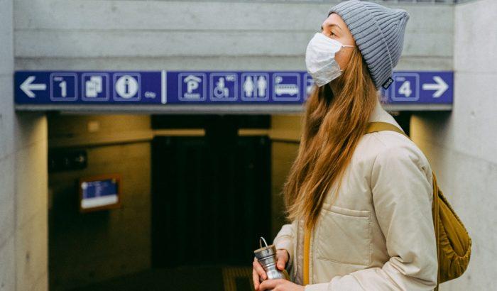 Женщина с маской