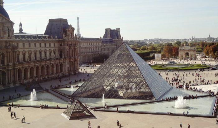 Здания музея Лувра в Париже