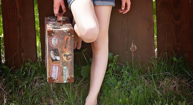 Девочка с чемоданом