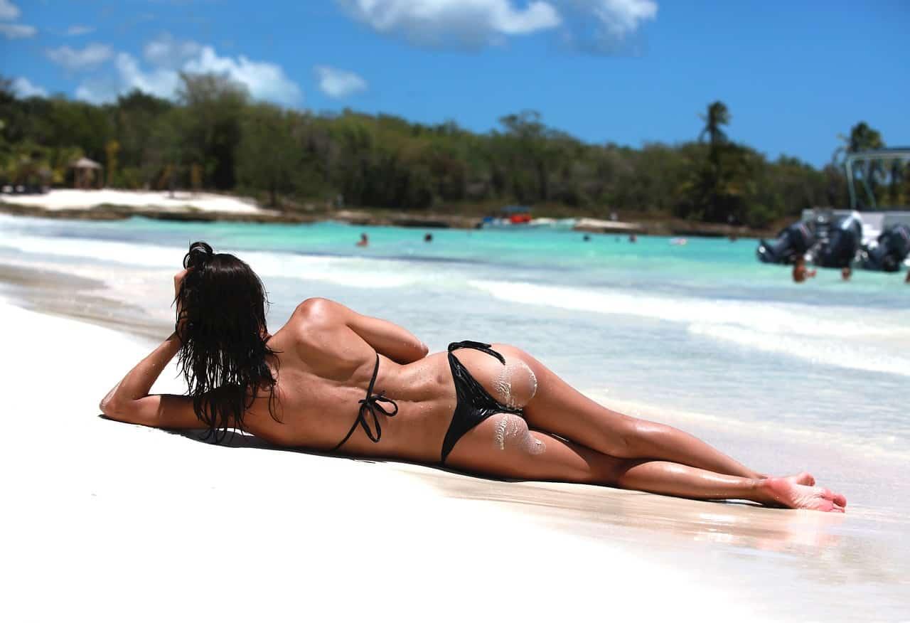 Девушка на пляже летом